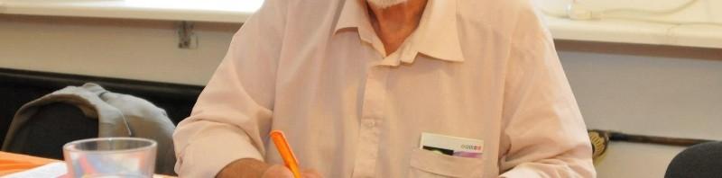 Stadtrat Hans Joachim Patzelt unterschreibt den Mitgliedsantrag der Piratenpartei